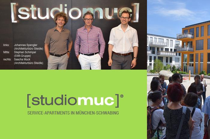 Interessierte Besucher während der Architekturen bei Besichtigung der studiomuc Wohnanlage in München